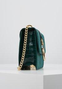 New Look - ROXANNE RING DETAIL CHAIN SHOULDER - Taška spříčným popruhem - dark green - 3