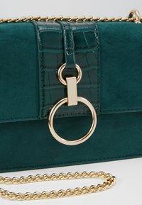 New Look - ROXANNE RING DETAIL CHAIN SHOULDER - Taška spříčným popruhem - dark green - 6