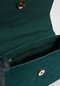 New Look - ROXANNE RING DETAIL CHAIN SHOULDER - Taška spříčným popruhem - dark green - 4
