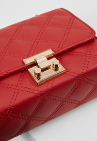New Look - MARGO QUILTED CHAIN SHOULDER - Axelremsväska - bright red - 6