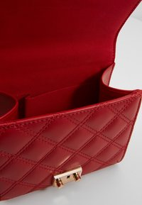 New Look - MARGO QUILTED CHAIN SHOULDER - Axelremsväska - bright red - 4