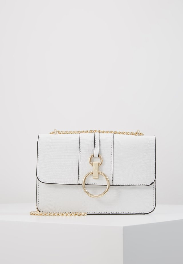 ROXANNE RING DETAIL CHAIN SHOULDER - Across body bag - white