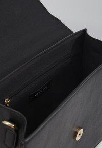 New Look - AUSTIN MIXED MAT TOP HANDLE - Sac à main - black - 2