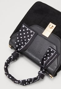 New Look - SADIE SCARF DETAIL CHAIN SATCHEL - Kabelka - black - 2