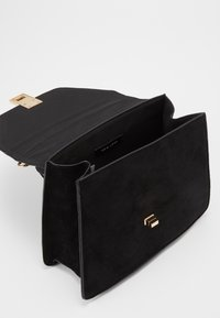 New Look - SADIE SCARF DETAIL CHAIN SATCHEL - Kabelka - black - 4