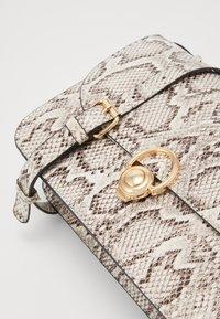 New Look - ETTA STURCTURED SHOULDER BAG - Taška spříčným popruhem - brown pattern - 2