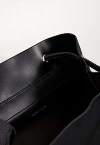 New Look - CLAUDE RING BACKPCK - Tagesrucksack - black - 4