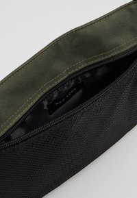 New Look - HIKER POUCH BAG  - Sac bandoulière - dark khaki - 4
