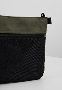 New Look - HIKER POUCH BAG  - Sac bandoulière - dark khaki - 6
