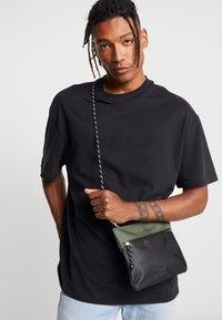 New Look - HIKER POUCH BAG  - Sac bandoulière - dark khaki - 1