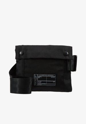 BUCKLE CROSS BODY BAG - Skulderveske - black