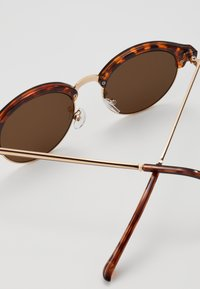 New Look - CORE CLUB ROUND - Sunglasses - brown - 2