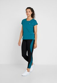 ONLY Play - ONPAUBREE  LOOSE TRAINING TEE - T-shirt med print - shaded spruce - 1