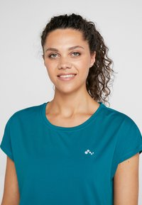 ONLY Play - ONPAUBREE  LOOSE TRAINING TEE - T-shirt med print - shaded spruce - 4
