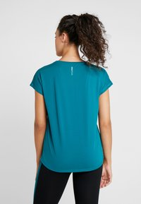 ONLY Play - ONPAUBREE  LOOSE TRAINING TEE - T-shirt med print - shaded spruce - 2