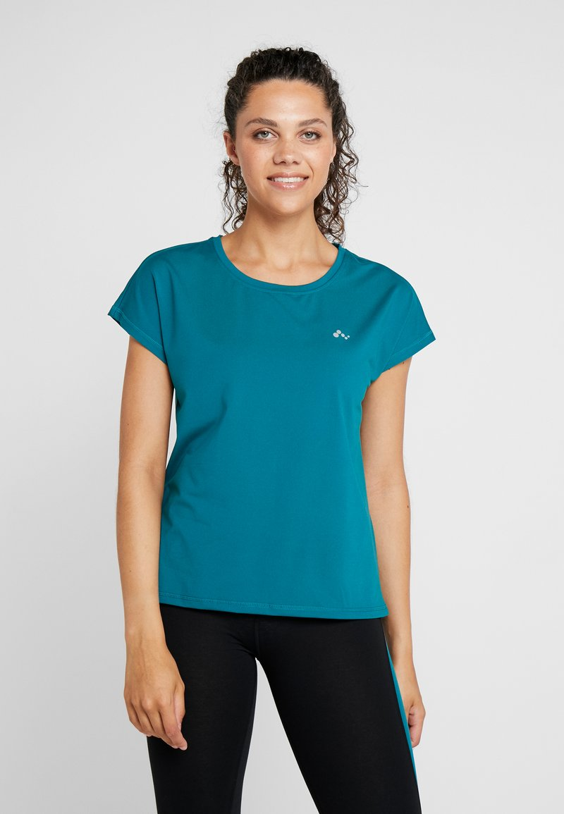 ONLY Play - ONPAUBREE  LOOSE TRAINING TEE - T-shirt med print - shaded spruce