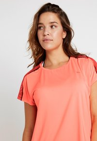ONLY Play - ONPCALEXIA LOOSE TRAINING TEE - Funktionstrøjer - neon orange/paradise pink - 3