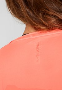 ONLY Play - ONPCALEXIA LOOSE TRAINING TEE - Funktionstrøjer - neon orange/paradise pink - 4