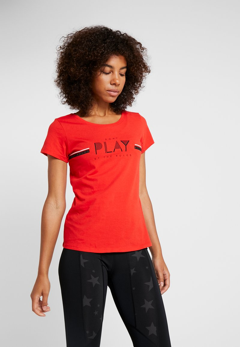 ONLY Play - ONPJANICE REGULAR TEE - T-shirts med print - flame scarlet/black/white