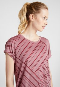 ONLY Play - ONPJONI LOOSE BURNOUT TEE - T-shirt med print - beet red melange - 3