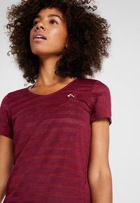 ONLY Play - ONPAMELIA - T-shirt con stampa - beet red/melange