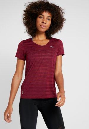ONPAMELIA - T-shirt med print - beet red/melange