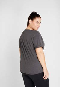 ONLY Play - ONPREBEL FOLD TEE CURVY - Camiseta estampada - dark grey melange/black - 2