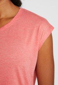 ONLY Play - ONPPYTHON CURVED BURNOUT TEE - T-shirts med print - flame scarlet melange - 3