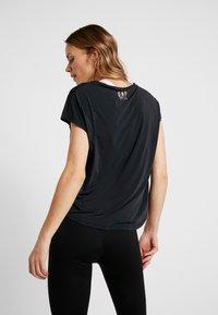ONLY Play - ONPNAHLA LOOSE TRAINING TEE - T-shirts med print - black/light bronze - 2