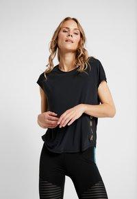 ONLY Play - ONPNAHLA LOOSE TRAINING TEE - T-shirts med print - black/light bronze - 0