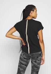 ONLY Play - ONPJYNX LIFE LOOSE TEE - Camiseta estampada - black/white gold - 2