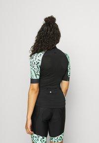 ONLY Play - ONPPERFORMANCE BIKE - T-Shirt print - black/green ash - 2