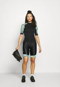 ONLY Play - ONPPERFORMANCE BIKE - T-Shirt print - black/green ash - 1