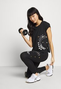 ONLY Play - ONPFLORA LOOSE TRAINING TEE - Printtipaita - black/white/white/gold - 1