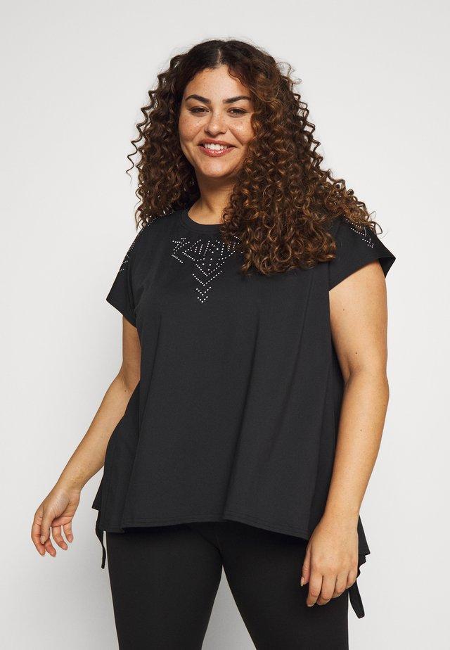 ONPFIONA LOOSE TEE CURVY - Print T-shirt - black/white