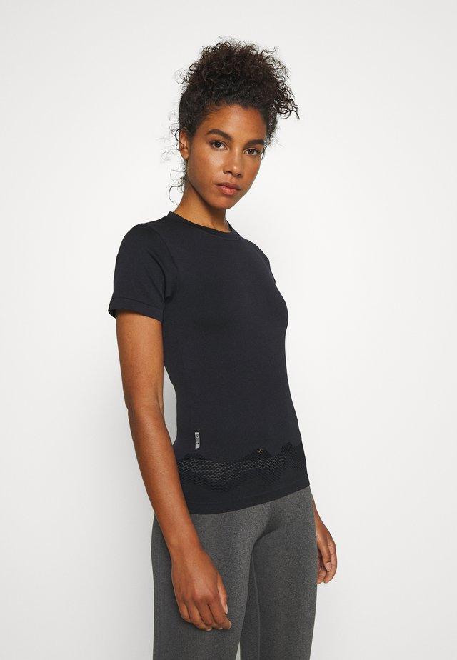 ONPADELYNN CIRCULAR TEE - T-shirt z nadrukiem - black