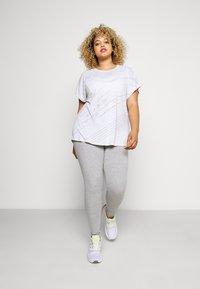 ONLY Play - ONPMAURA LOOSE BURNOUT TEE - T-shirt con stampa - white melange - 1
