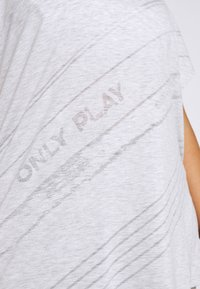 ONLY Play - ONPMAURA LOOSE BURNOUT TEE - T-shirt con stampa - white melange - 5