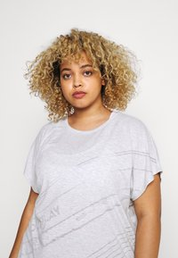 ONLY Play - ONPMAURA LOOSE BURNOUT TEE - T-shirt con stampa - white melange - 3