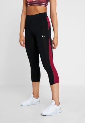 ONPJUNA 3/4 TRAINING  - 3/4 sportovní kalhoty - black/beet red