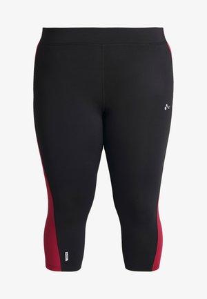 ONPJUNA TRAINING CURVY - Pantalón 3/4 de deporte - black/beet red