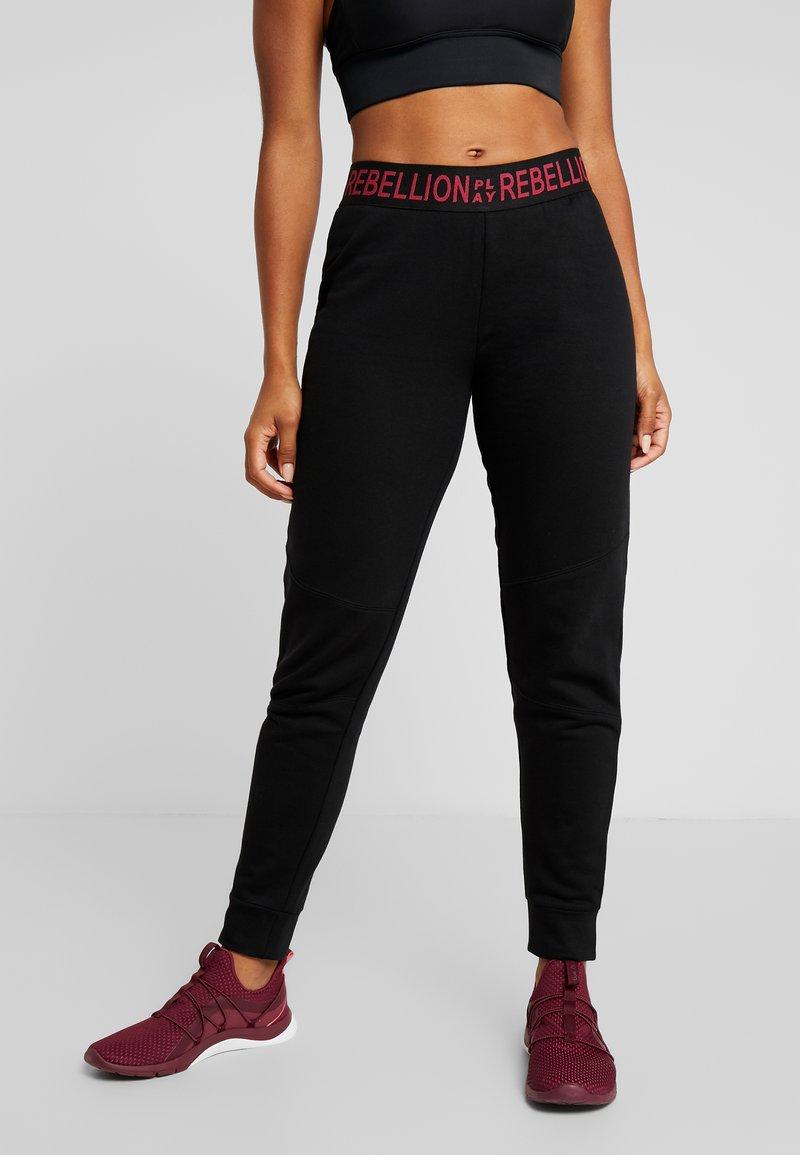 ONLY Play - ONPAERIES LOOSE BRUSH PANTS - Pantalon de survêtement - black/beet red