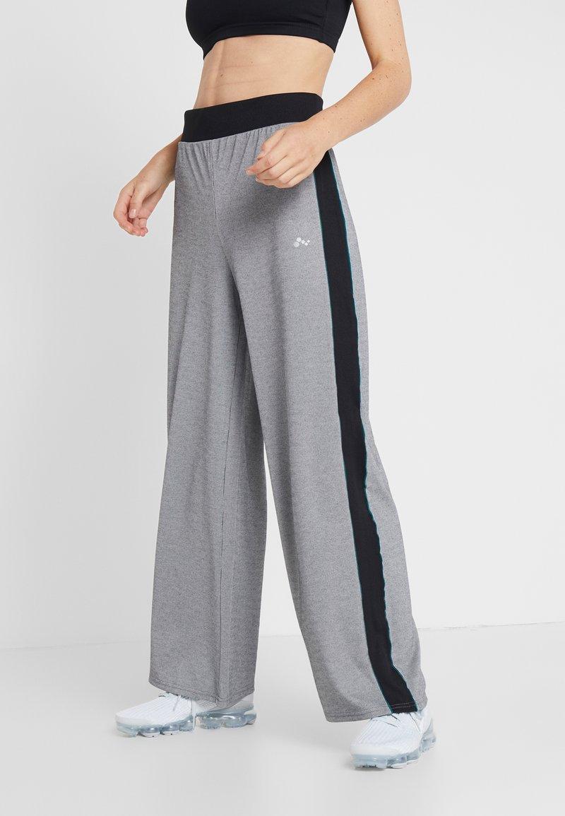 ONLY Play - ONPMEDUSA LOOSE PANTS - Jogginghose - dark grey melange/black