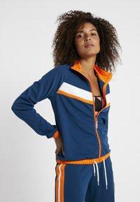ONLY Play - ONPTANGERINE ZIP TRACK JACKET - Sportovní bunda - gibraltar sea/celosia orange - 0