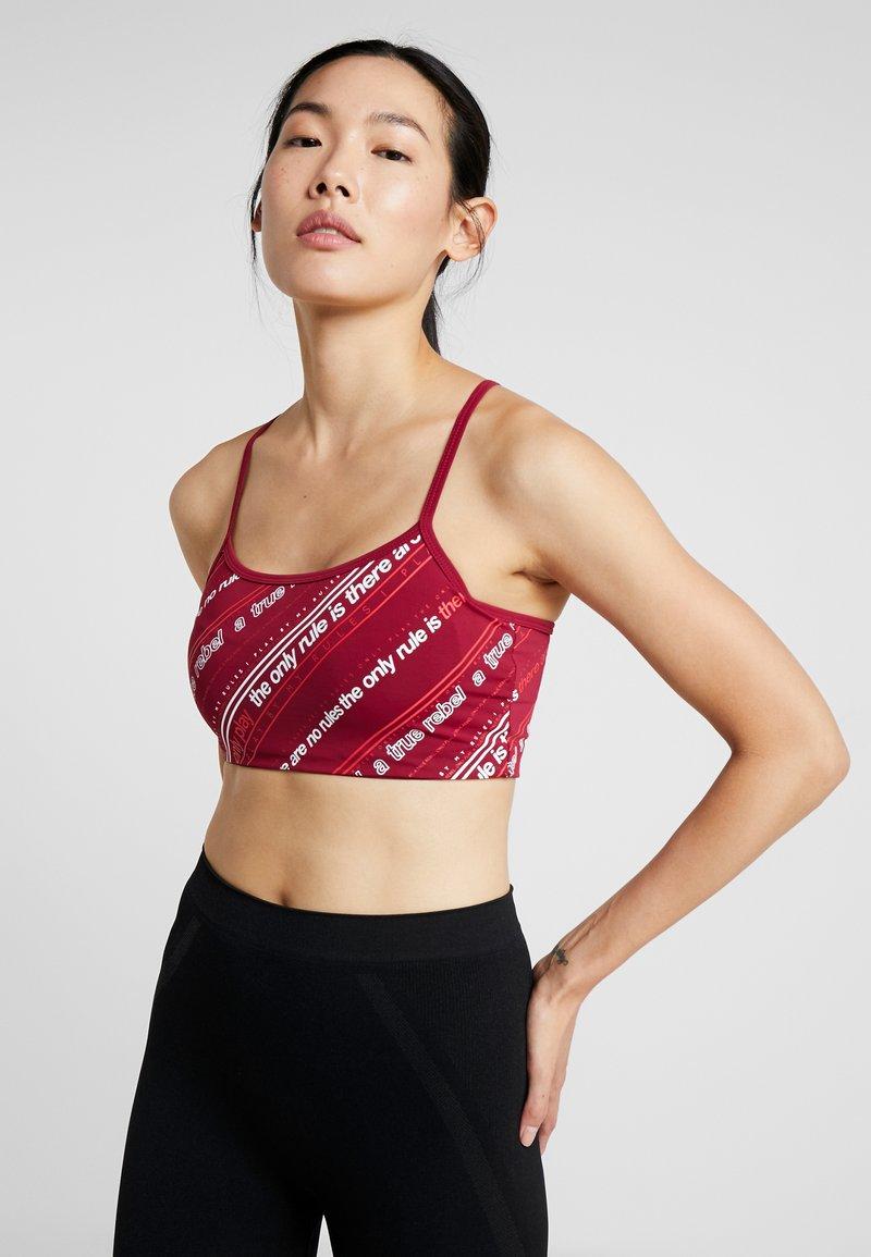 ONLY Play - ONPJENNIFER SPORTS BRA - Sports bra - beet red/white/flame scarlet