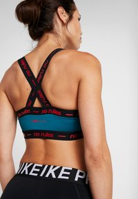 ONLY Play - ONPEVE BRA - Sport BH - shaded spruce/black/flame scarlet - 5