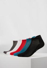 ONLY Play - ONPTRAINING SOCKS COLOR 5 PACK - Sportsocken - black/shaded spruce/flame scarlet - 0