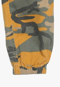 New Look 915 Generation - CAMO CARGO PANT - Jeans Relaxed Fit - yellow - 3