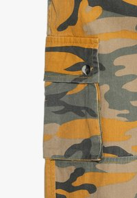 New Look 915 Generation - CAMO CARGO PANT - Jeans Relaxed Fit - yellow - 2