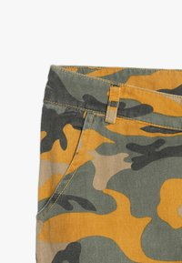 New Look 915 Generation - CAMO CARGO PANT - Jeans Relaxed Fit - yellow - 6